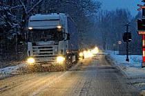 PONDĚLNÍ PODVEČER NA SILNICI I/26 U HADROVCE. Auta jedoucí krokem za kamiony, to je obrázek, který je v době sněžení poměrně častý. Pokud kamion jede, je to dobré. Horší jsou případy, kdy z nejrůznějších důvodů skončí šikmo přes silnici a brání provozu.