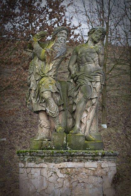 Popraskané, mechem zarostlé sochy na křížové cestě ke sv. Anně na snímku zroku 2011.