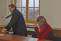 MILAN ANDERS se svým obhájcem u domažlického soudu.