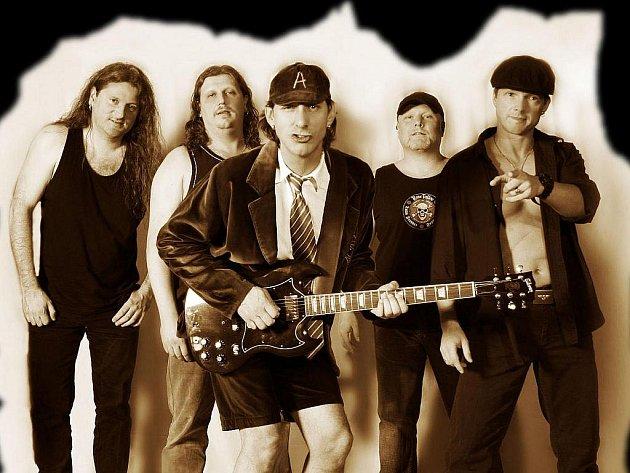 Skupina AC/DX, výtečný revival známých AC/DC, zahraje se Sonetem v Tlumačově.