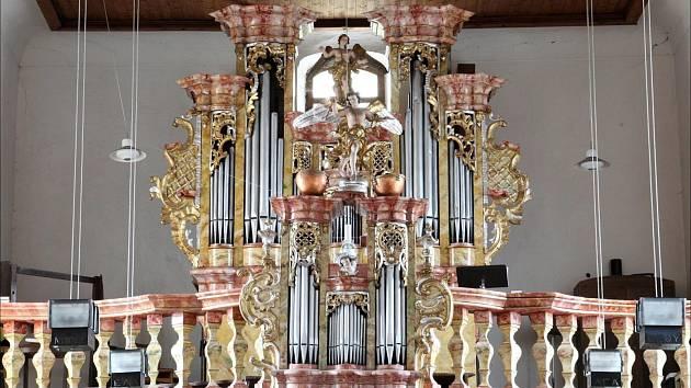 Varhany v kostele svatého Mikuláše ve Kdyni napadl červotoč. Teď už je zachraňuje restaurátor.