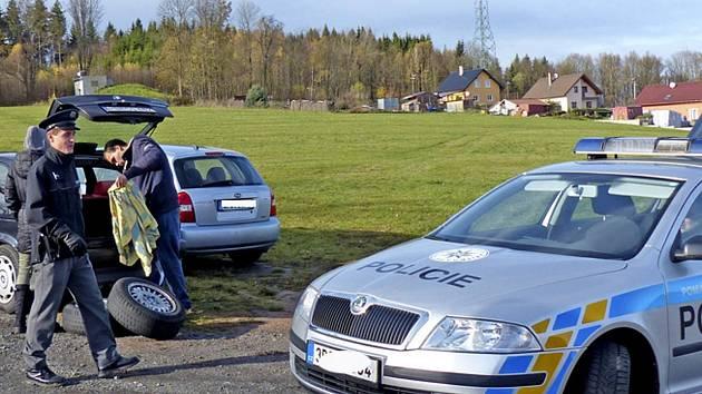 Policisté zastavili kvůli kontrole u České Kubice osádku tohoto vozu ze SRN. Po kontrole zavazadlového prostoru vozu, v němž měla dvě náhradní kola, a předepsaných dokladů mohla jet dál. Kontroly by mohly přispět k tomu, aby u nás nekončil cizí odpad.