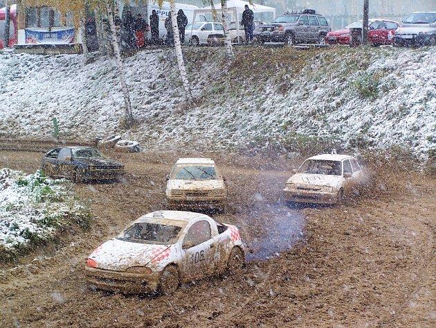 LOŇSKÝ POSLEDNÍ ZÁVOD se konal až na konci října a jezdce, pořadatele i nejvytrvalejší diváky potrápilo bahno, zima a sněhové přeháňky.