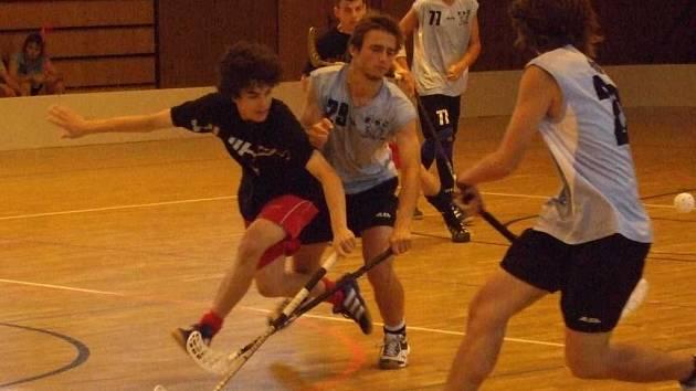 LIGA JUNIORŮ V RUMBURKU. Na snímku s číslem 29 Mikuláš Černík při nedávném přátelském zápase proti dorostencům Střešovic.