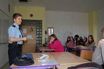 O záludnostech šikany besedovala policistka Dagmar Brožová i se studenty SOU Domažlice.