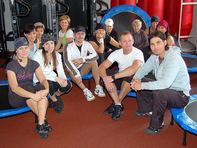 SOBOTA PLNÁ SPORTU. Ve Sportovním centru v Domažlicích se zcela vyjímečně sešla většina instruktorů, aby si jako první vyzkoušeli novinku – cvičení na trampolínách.