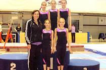 Na fotce Jana Gibfriedová a (nahoře zleva) Aneta Kmetíková, Dominika Schmidová, Tereza Beňušíková. Pod nimi zleva Shelley Ackersová a Dana Hálková.