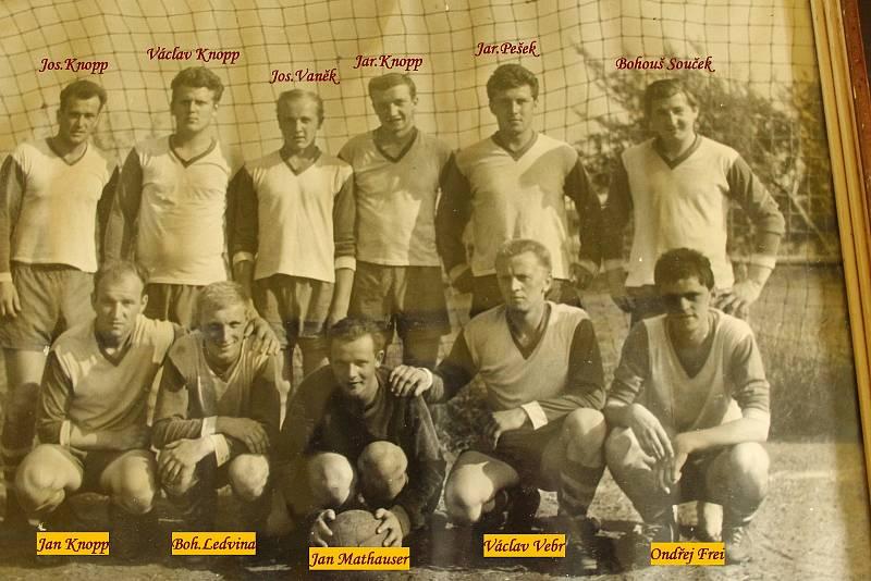 Fotbalový klub v Chodově v roce 1953.