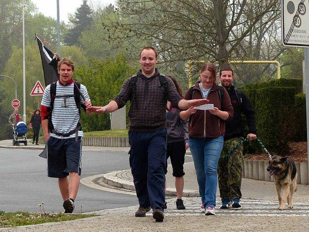 Snaha zastavit na chvíli tyto účastníky pochodu Lenochod byla marná.
