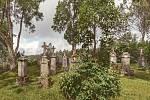 Kniha Po pěšinách Bělskem představuje historii regionu a jeho proměny. Součástí jsou dobové fotografie zaniklých obcí. V publikaci nechybějí ani současné snímky, tento pochází ze zaniklé obce Pleš a zachycuje tamější hřbitov.