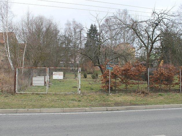 V TĚCHTO MÍSTECH (nedaleko prodejny Tesco) by měl vzniknout plánovaný zoopark s relaxační zónou.