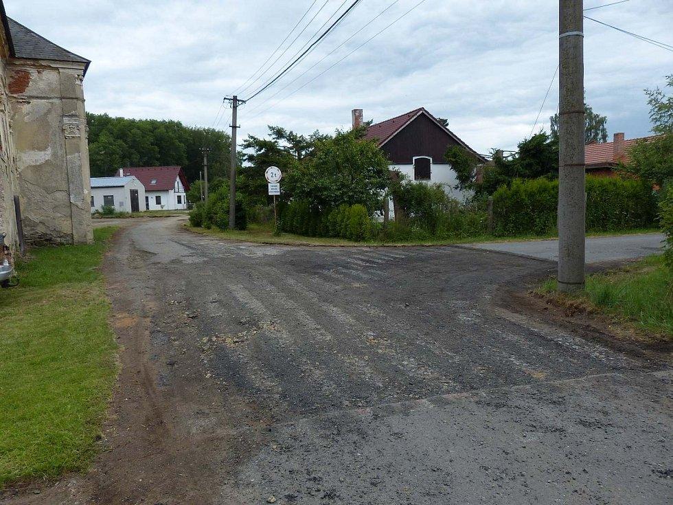 Silnice před položením asfaltového koberce.