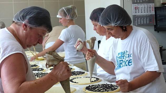 V bořické pekárně dělají na Chodské slavnosti 10 000 koláčů. Mají takový fofr, že od pondělí ještě neposunuli červený ukazatel na kalendáři (vpravo nahoře).