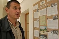 Ředitel Muzea Chodska v Domažlicích Josef Nejdl u jednoho z panelů výstavy, který nazývá domažlicko ´regionem se značně děravou železnou oponou´