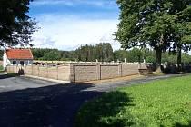 Nová zeď kolem luženického hřbitova.
