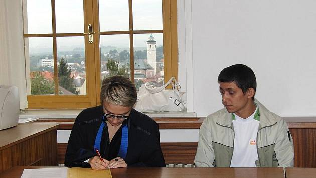 ZE SOUDNÍ SÍNĚ. S podmíněným trestem odešel od domažlického soudu 29letý Libor Mašek. Na snímku ze zahajovacího líčení se svou obhájkyní.