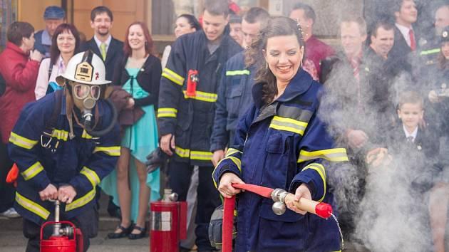 Novomanželé hasili požár před domažlickou radnicí.