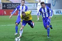 Domažličtí František Dvořák a Petr Došlý napadají obránce FK Teplice Tomáše Vondráška.