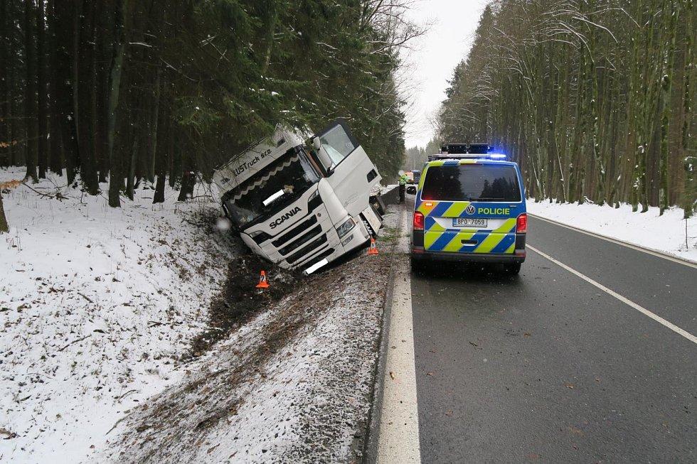 Řidič kamionu při míjení s protijedoucím vozidlem najel na nezpevněnou krajnici