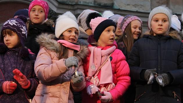 Zpívání koled u stromečku a jeho rozsvícení na domažlickém náměstí v roce 2019.