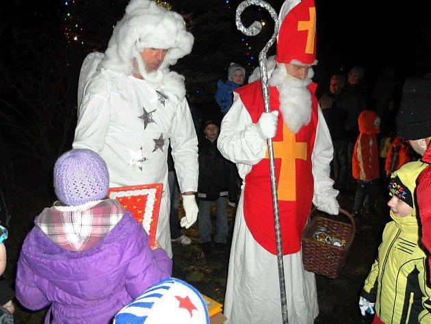 V Čermné spojili rozsvícení stromku s mikulášskou nadílkou.