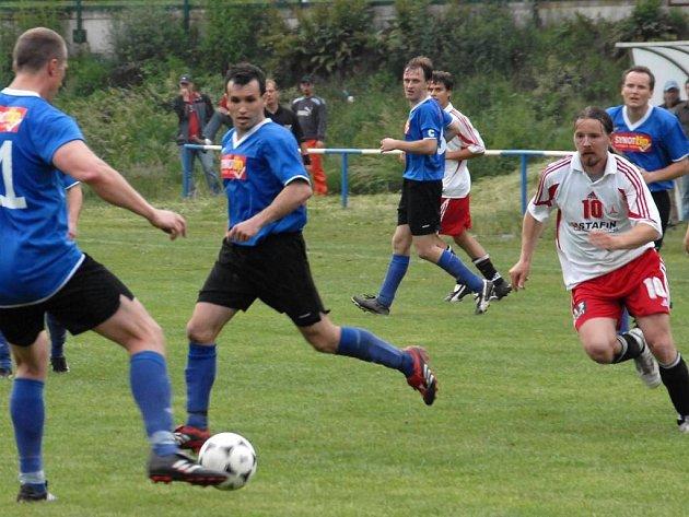 Fotbalisté Staňkova (v modrém uprostřed Trhlík a Štverka) si v neděli přivezli bod z Holýšova