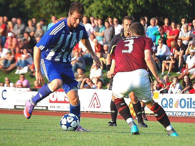 MICHAL VESELÝ, letní posila Domažlic, přesně rok po operaci koleního vazu nastoupil za Jiskru v pohárovém utkání se Spartou.