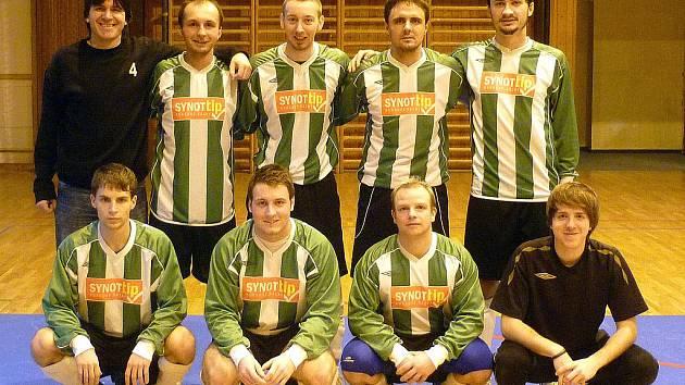 Společný snímek futsalistů Ajaxu Staňkov s Mírou Vachtlem v sestavě (třetí zleva v pokleku).