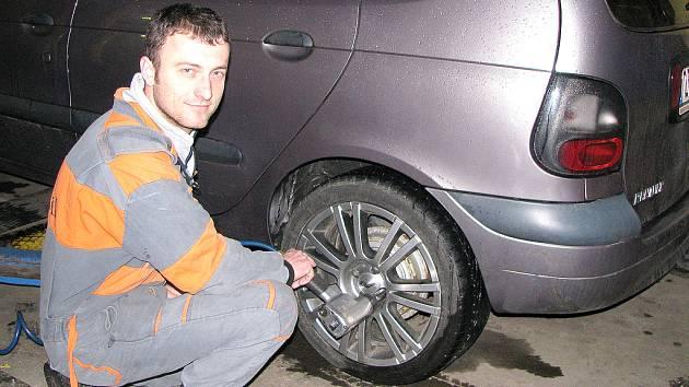 V pneuservisech je zatím klid. Většina řidičů s přezouváním na letní pneumatiky čeká, někteří motoristé se naopak vracejí a chtějí znovu zimní gumy.