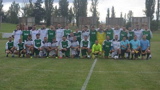 Śímákova koutská jedenáctka nastoupila při exhibičním duelu v zelených dresech proti hvězdnému výběru Viktorky.