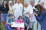 Předání šeku od Chodské naděje nemocným dětem a jejich rodinám.