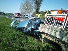 Nehoda si vyžádala zranění a došlo k poškození mostku, do kterého automobil narazil.