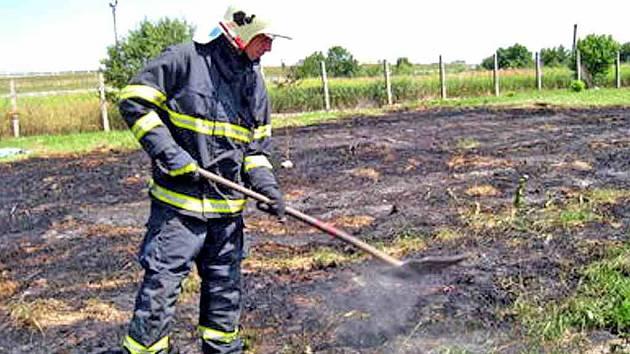 Vypalování trávy může skončit a často skutečně končí požárem. Je proto zakázáno jak soukromým osobám, tak firmám.