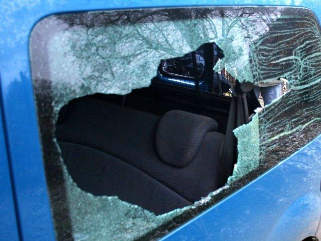 Vloupání do auta po rozbití okénka. Ilustrační foto.