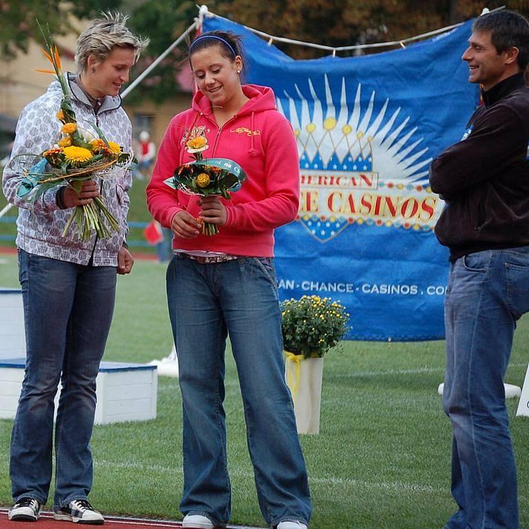 BÁRA A LENKA. Barbora Špotáková si porovnávala květiny s Lenkou Ledvinovou, s úsměvem  přihlížel Jan Železný.