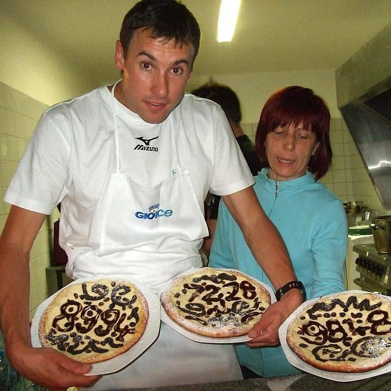CHODSKÉ PŘEKVAPENÍ. Všichni atleti dostali večer koláče s vymerhovanými ´rekordy´. Péct pomáhat Pavel Faschingbauer.