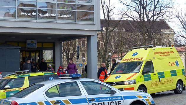 Dvě vozidla zdravotnických záchranářů a dvě policejní auta (jedno mimo záběr) vzbudila na domažlickém náměstí poprask.