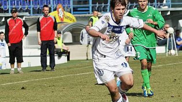 Jan Švambera (autor druhé branky) přešel přes Lukáše Jankovského // SK Kladno -1. FC Karlovy Vary 3:0 (1:0) , utkání 19.k. ČFL. ligy 2011/12, hráno 17.3.2012