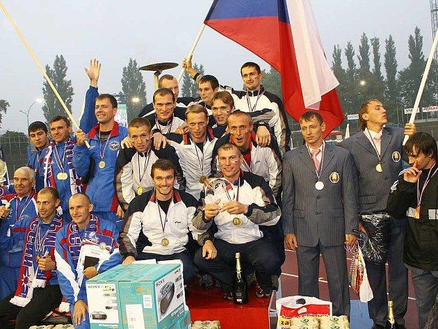 Ovace si na hasičském evropském šampionátu  po zisku tří zlatých medailí užili i  Emila Dopirák a Jaroslav Hrdlička z HZS Domažlice.
