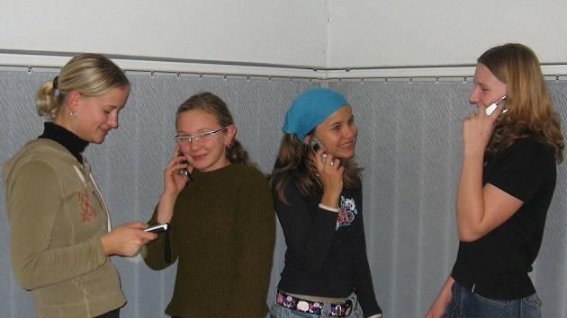 Mobil používají každý den. Eliška, Lucka a Kristýna si to bez mobilu nedokáží představit.