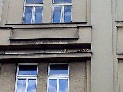 Dravec, nejpravděpodobněji poštolka, hnízdí na fasádě domu u náměstí.