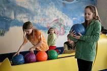Děti z domažlického Domina na bowlingu.