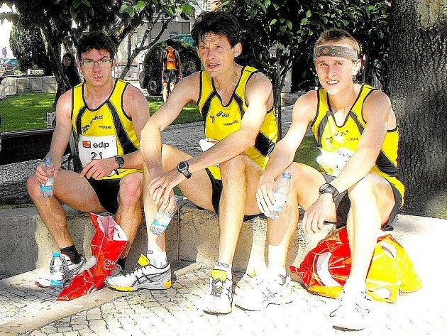 BRONZ Z POHÁRU MISTRŮ EVROPSKÝCH ZEMÍ. Domažlický rodák Martin Frei (sedí vlevo) po doběhu půlmaratonu v portugalském Torres Vedras společně se svými kolegy z oddílu.