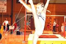 Talentovaná Aneta Kmetíková při cvičení  akrobacie.