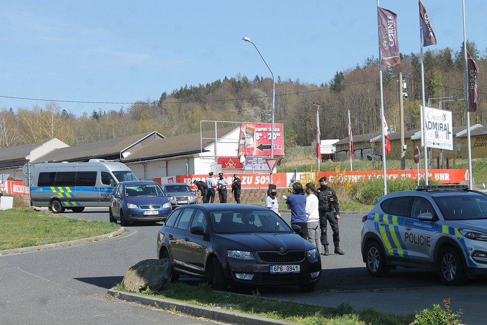 Pokojná demonstrace pendlerů na čerpací stanici na Folmavě na Domažlicku.
