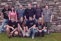 """S.A.P. Členové staňkovské kapely (v popředí) společně s čestnými hosty, kteří v sobotu vystoupí na """"prknech slávy""""."""