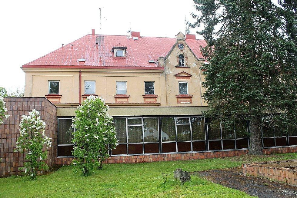 Zámek původně sloužil jako panské sídlo rodu Stadionů. Obec ho v minulosti marně prodávala. Teď znovu plánuje, co v něm vybuduje. V úvahu připadá seniorský dům.