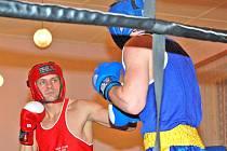 TEĎ TI TO NANDÁM! Dešenické mistrovství republiky v boxu přivítalo i osobnosti, jako je Josef Křivka. Ten si v premiérovém závodě vybojoval bronzovou příčku. I přes velký úspěch byly jeho cíle vyšší. Náplastí mu tak mohly být jen gratulace od legendy boxu