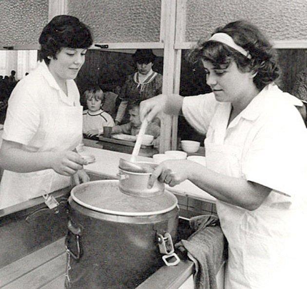 1985. Obědy se do nové jídelny vnové škole vozily ve várnicích.