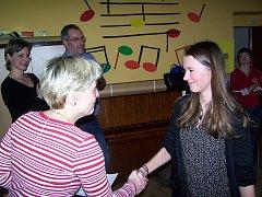 Učitelka Lenka Ledvinová blahopřeje Nikole Hejhalové k vítězství ve středoškolské kategorii.